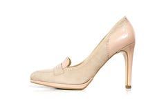 Zapatos femeninos del ante de Biege aislados en el fondo blanco, vista lateral Fotografía de archivo