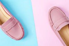 Zapatos femeninos elegantes en colores en colores pastel imagenes de archivo
