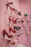 Zapatos femeninos elegantes en la exhibición en Si Sposaitalia Imagenes de archivo