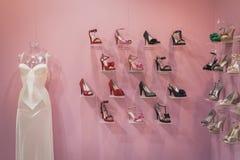 Zapatos femeninos elegantes en la exhibición en Si Sposaitalia en Milán, Italia Fotografía de archivo libre de regalías