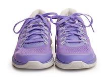 Zapatos femeninos púrpuras del deporte Imágenes de archivo libres de regalías