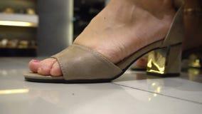 Zapatos femeninos que intentan en tienda almacen de video