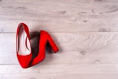 Zapatos femeninos rojos en los tacones altos Foto de archivo