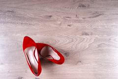 Zapatos femeninos rojos en los tacones altos Imágenes de archivo libres de regalías