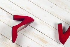 Zapatos femeninos rojos en los tacones altos Foto de archivo libre de regalías