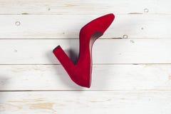 Zapatos femeninos rojos en los tacones altos Imagenes de archivo