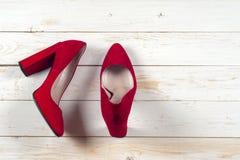 Zapatos femeninos rojos en los tacones altos Imagen de archivo
