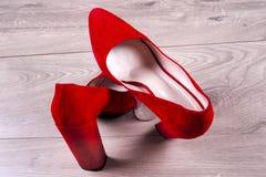 Zapatos femeninos rojos en los tacones altos Fotografía de archivo