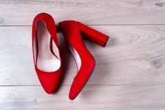 Zapatos femeninos rojos en los tacones altos Fotografía de archivo libre de regalías