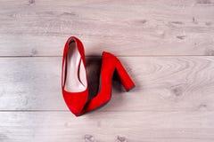 Zapatos femeninos rojos en los tacones altos Fotos de archivo libres de regalías