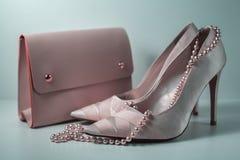 Zapatos femeninos rosados con el bolso Fotografía de archivo
