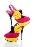 Zapatos fucsias magníficos con una flor amarilla Fotografía de archivo