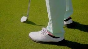 Zapatos golfing que llevan del golfista de la mujer almacen de metraje de vídeo