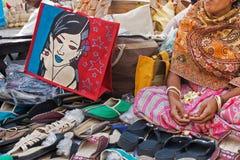 Zapatos hechos a mano del yute, artesanías indias justas Foto de archivo