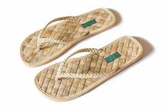 Zapatos hechos a mano hechos de las materias primas naturales. Fotos de archivo