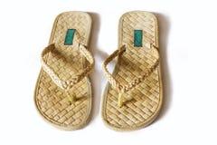 Zapatos hechos a mano hechos de las materias primas naturales. Imagenes de archivo