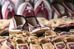 Zapatos hechos a mano hechos del cuero adornado con el wa tradicional Imagen de archivo
