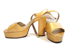 Zapatos hermosos de la mujer amarilla aislados en el fondo blanco Foto de archivo libre de regalías