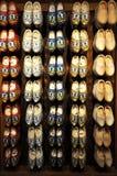 Zapatos holandeses tradicionales montados en la pared de madera fotos de archivo