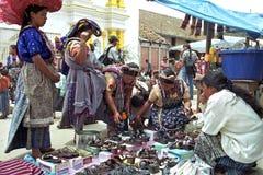 Zapatos indios de la compra de las mujeres en el mercado de Almolonga Fotografía de archivo libre de regalías