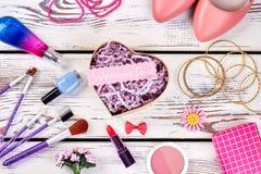 Zapatos, joyería y cosméticos Imágenes de archivo libres de regalías