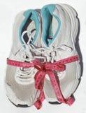 Zapatos lamentables del entrenamiento de la anciano con la cinta métrica Fotografía de archivo