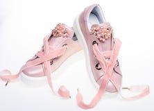 Zapatos lindos aislados en el fondo blanco El calzado para las muchachas y las mujeres adornadas con la perla gotea Pares de páli Foto de archivo