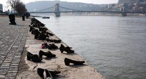 Zapatos mamorial y puente de cadena en Budapest Fotos de archivo libres de regalías