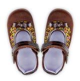 Zapatos marrones de la muchacha Imágenes de archivo libres de regalías