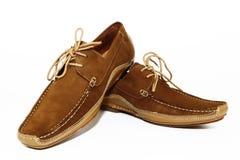 Zapatos marrones del asunto del hombre uno por uno imagenes de archivo