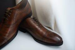 Zapatos marrones nupciales para el novio Para casarse evento Imagenes de archivo