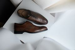 Zapatos marrones nupciales para el novio Para casarse evento Fotografía de archivo libre de regalías