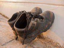 Zapatos marrones viejos sucios Foto de archivo