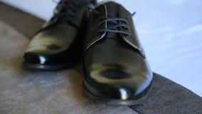 Zapatos masculinos, botas del novio de la boda de la elegancia almacen de metraje de vídeo