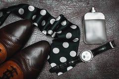 Zapatos masculinos con perfume y el lazo Fotografía de archivo libre de regalías