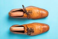 Zapatos masculinos de moda de la abarca de Tan fotografía de archivo