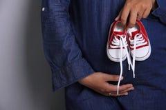 Zapatos minúsculos lindos para el bebé nonato Fotos de archivo