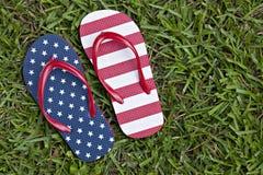 Zapatos modelados indicador de la correa en hierba Fotos de archivo libres de regalías