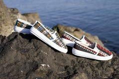 Zapatos modernos de las señoras en rocas Fotografía de archivo