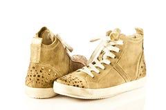 Zapatos modernos del deporte en los accesorios blancos del fondo Imagenes de archivo