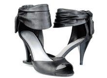 Zapatos modernos negros de la mujer. Fotos de archivo libres de regalías