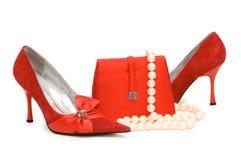 Zapatos, monedero y perla rojos Fotografía de archivo