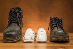 Zapatos negros adultos y zapatos del blanco del niño Imagen de archivo libre de regalías