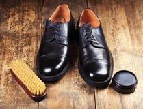 Zapatos negros con los accesorios del cuidado Imagen de archivo