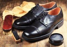 Zapatos negros con los accesorios del cuidado Foto de archivo libre de regalías