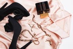 Zapatos negros con los accesorios y el perfume Imagen de archivo libre de regalías