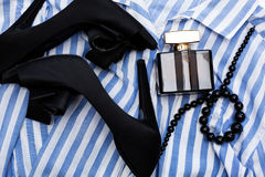 Zapatos negros con los accesorios y el perfume Foto de archivo libre de regalías