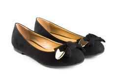 Zapatos negros de la mujer del terciopelo de la moda aislados Fotos de archivo