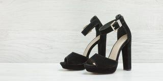 Zapatos negros del ante en un fondo de madera concepto de moda Foto de archivo