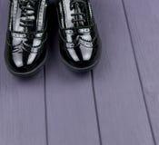 Zapatos negros del charol fotos de archivo